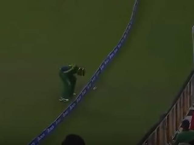 Umar Akmal takes brilliant juggling catch