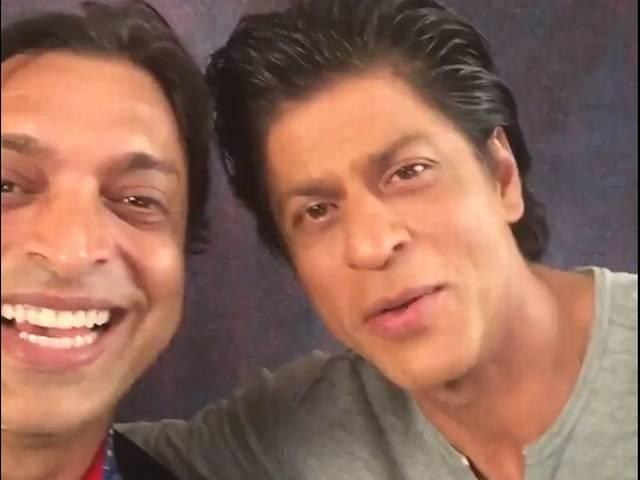 Watch: SRK welcomes Shoaib Akhtar on twitter, kisses him