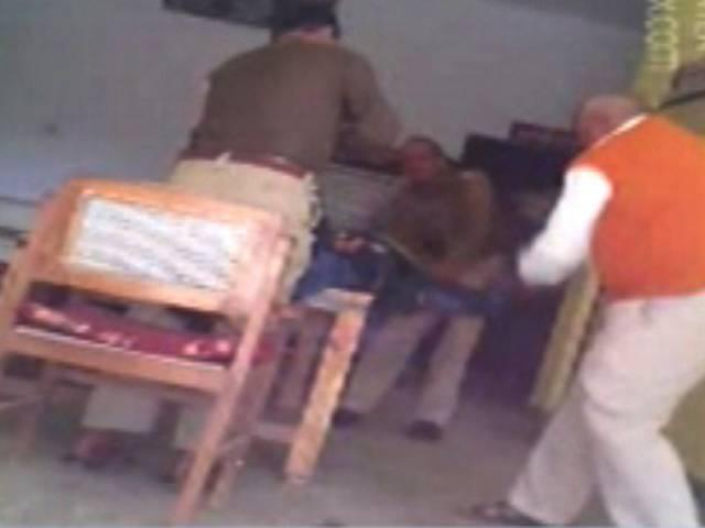UP: Police beat up thief mercilessly in Mulayam Singh Yadav's village