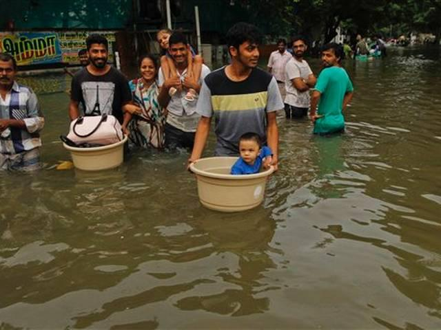 CHENNAI FLOODS  ARUN JAITLEY ORDERS TO OPRATE ATM FROM BOAT