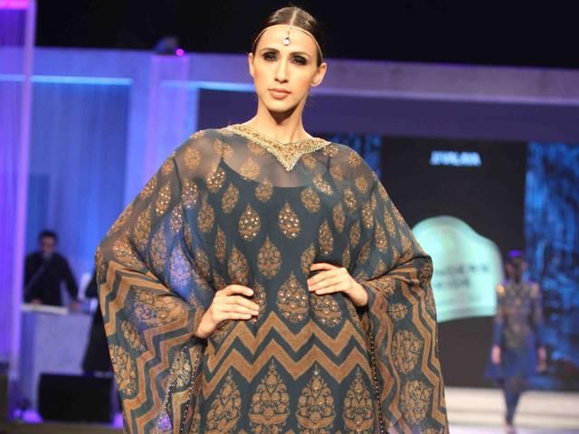 Sonakshi Sinha walks the ramp with designer JJ Valaya during the Blenders Pride Fashion Tour 2015