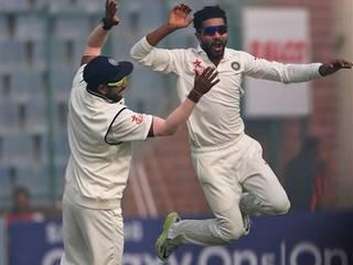 # जडेजा ने इस पारी में लगातार 17 मेडन ओवर फेंके जो कि लगातार 21 मेडन ओवर फेंक भारत के ही बापू नदकर्णी के रिकॉर्ड से चूक गए. # वहीं 180 से ज्यादा गेंदें फेंकते हुए सबसे कम इकॉनोमी रेट के मामले में जडेजा दूसरे पायदान पर आए. उन्होनें 0.56 के इकॉनोमी रेट से 26 रन दिए.
