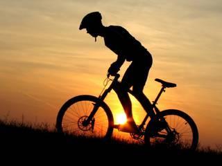 अनूठी एक्सरसाइज: सिर पर भारी पत्थर रखकर चलाता है साइकिल