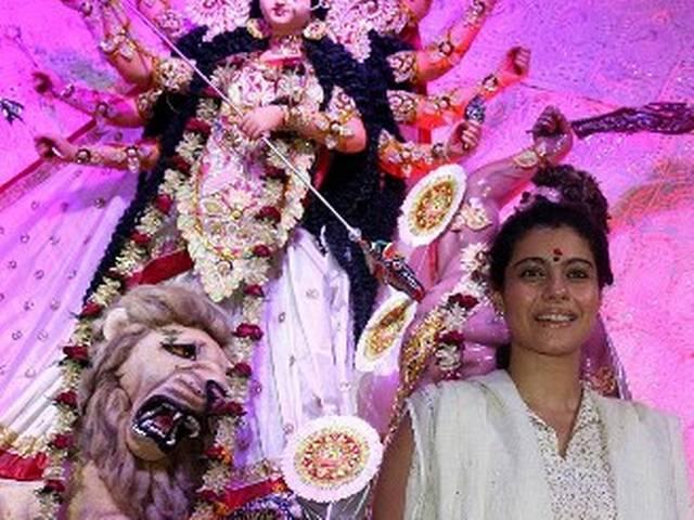 मां दुर्गा के पूजा पंडालों में बॉलीवुड सितारे