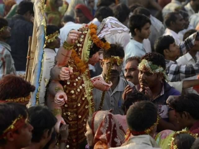 तस्वीरों में दशानन का दहन, मां दुर्गा की विदाई