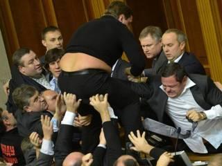 यूक्रेन की संसद में सांसदों के बीच मारपीट