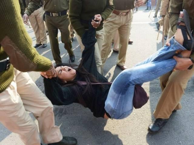 तस्वीरों में: प्रदर्शनकारियों की पुलिस से भिडंत