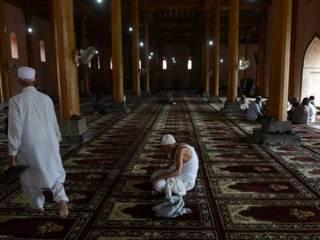रमज़ान आते ही इबादत में जुटे लोग