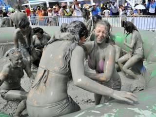 बोरियोंग मड फेस्टिवल मजा लेते पर्यटक