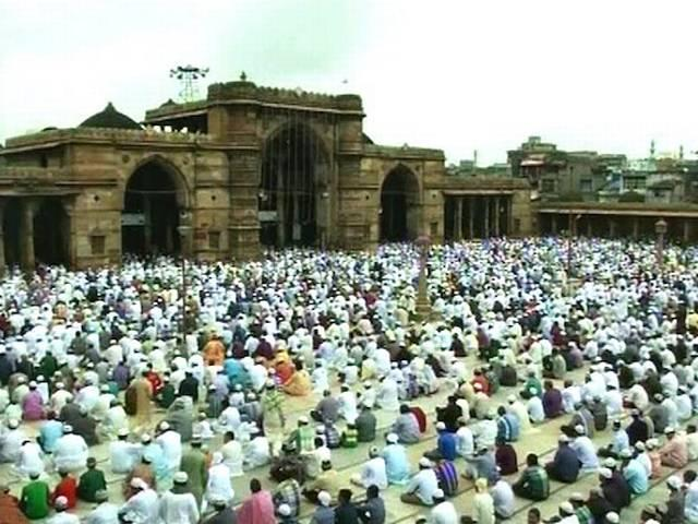 पूरे देश भर में ईद की धूम, जश्न का माहौल