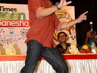 मुंबई में एक लांचिंग शो के दौरान फैन्स से घिरे शाहिद