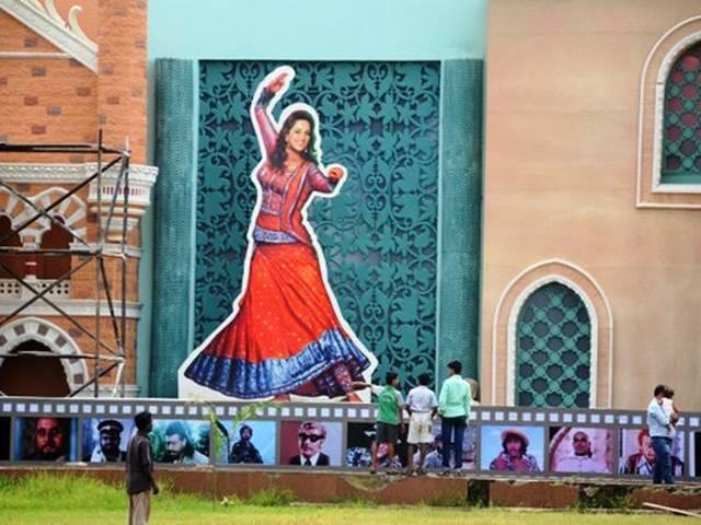 एक नजर: बॉलीवुड के रंग में सराबोर है यह गणेश पूजा