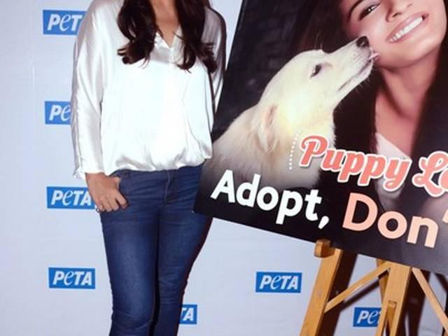 रवीना ने लांच किया पेटा का डॉग एडॉप्शन कैंपेन