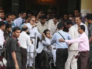 अस्पताल से डिस्चार्ज हुए दिलीप कुमार, देखिये तस्वीरें