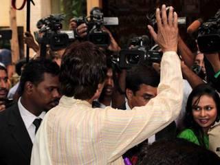 अमिताभ बच्चन ने प्रशंसको के मिलकर मनाया जन्मदिन
