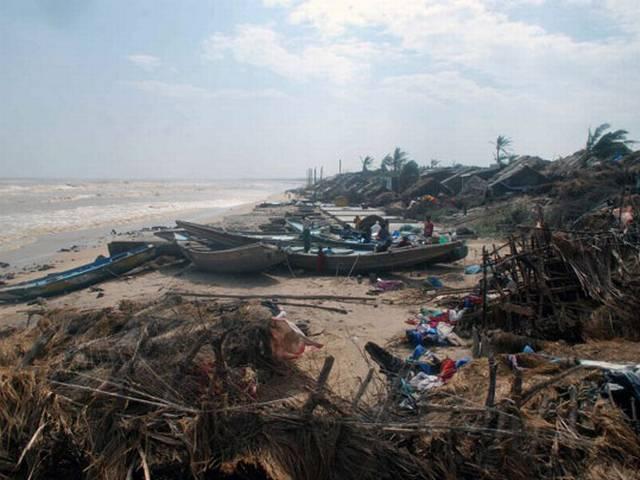 तबाही की तस्वीरें: फैलीन ने छोड़े बर्बादी के निशान