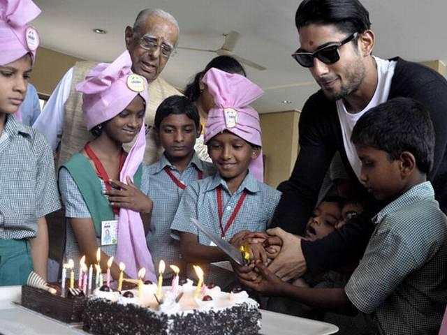 केक  काटकर प्रतीक ने मनाया स्मिता पाटिल का बर्थडे