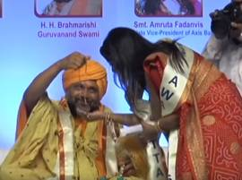 WATCH: Godman 'miraculously' presents necklace to Maharashtra CM Devendra Fadnavis' wife Amruta