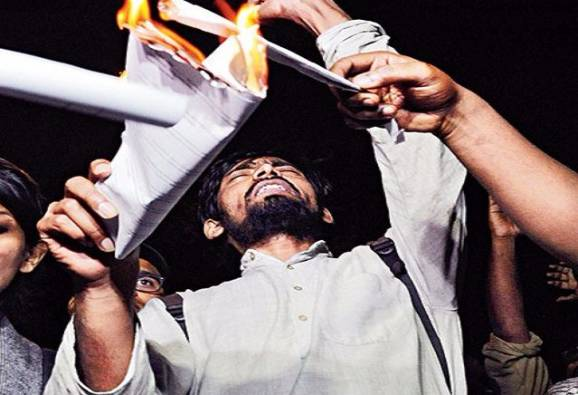 ABVP rebels set ablaze Manusmriti in JNU
