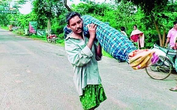 Hospital Refuses Help, Man Carries Dead Wife on Shoulder for 10 km