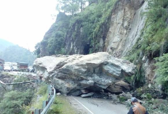 Himachal Pradesh: Massive rockslide blocks NH-5