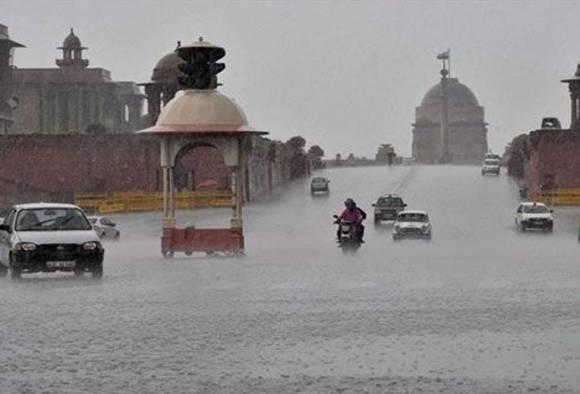 Heavy rain lashes Delhi-NCR, waterlogging causes traffic chaos