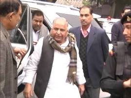 SP feud: Massive Mulayam-Akhilesh faceoff at Election Commission office over 'cycle'