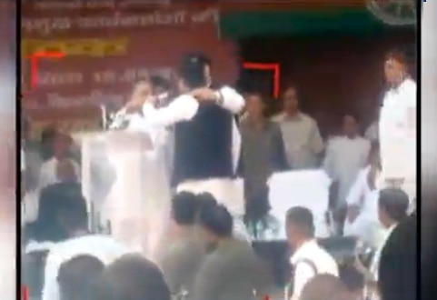 Viral Sach: Did 'angry' Akhilesh  snatch mic from father Mulayam on stage?