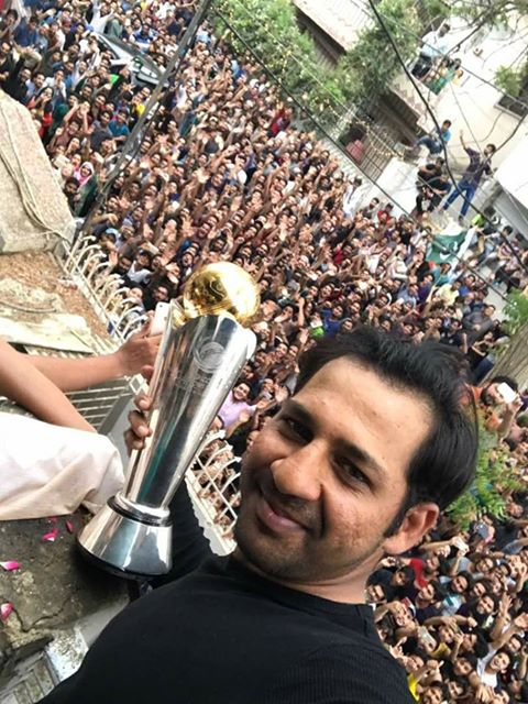 Pakistan team returns home to heroes' welcome