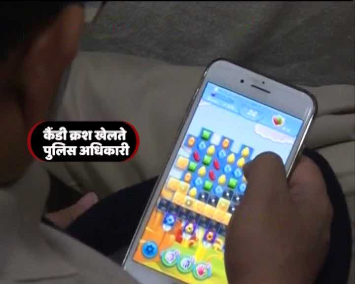 Bihar cops caught playing games on mobile phones at anti-drug trafficking event