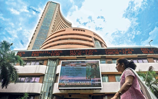 Indian equity indices close at new highs amid trimming gains