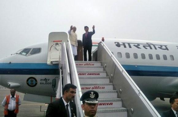Prime Minister Narendra Modi and Japan PM Shinzo Abe together leave for Varanasi