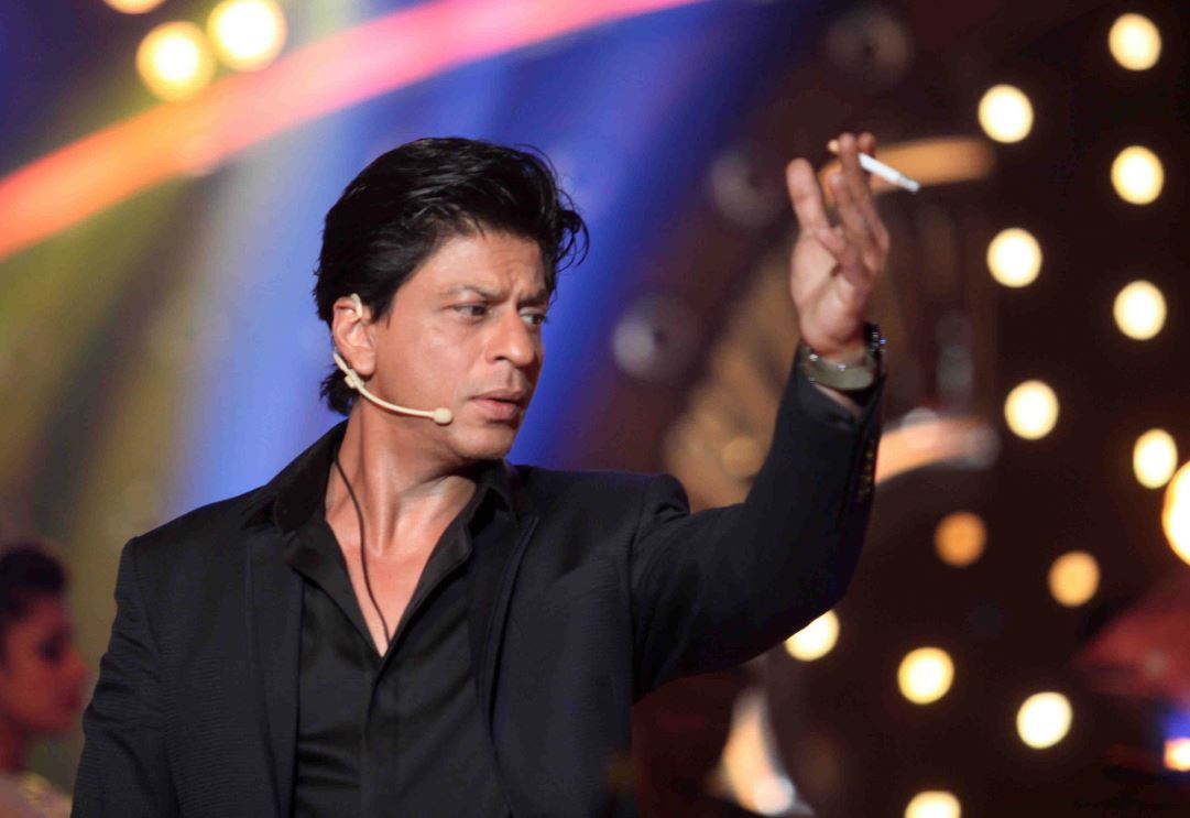 shahrukh caught smoking in the house of big boss