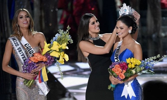 Crown slips as Miss Universe 2015 host names the wrong woman as winner
