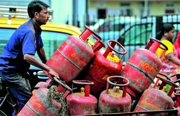 Tax payers earning over Rs 10L/yr not to get subsidised LPG