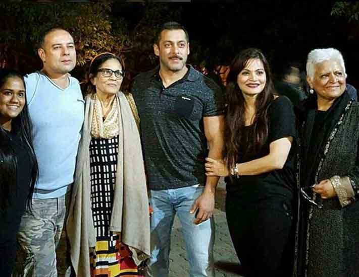Salman Khan celebrates his new year with friends and family at Panvel Farmhouse