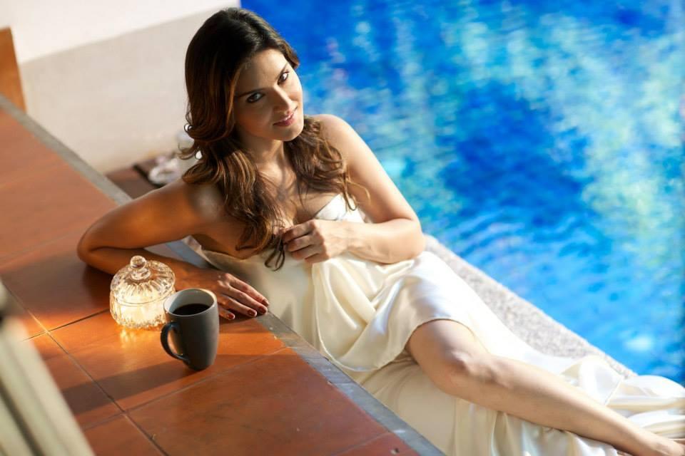 Sunny Leone goes on a SLAPPING spree at a Mumbai pub