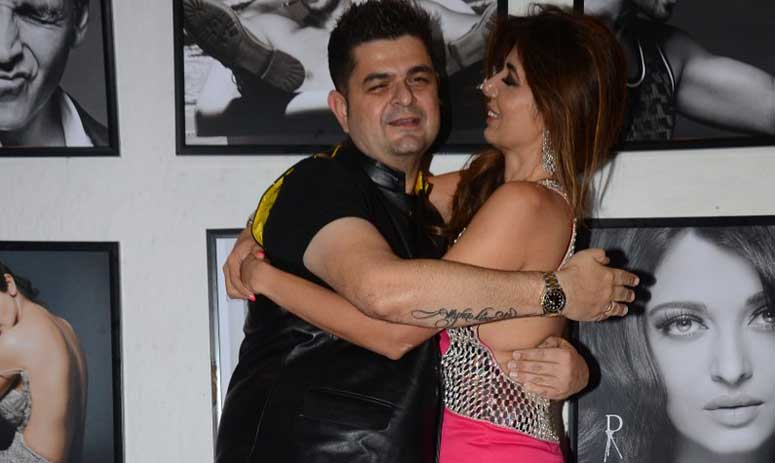 Dabboo Ratnani & His Wife Share A Kiss On The Red Carpet