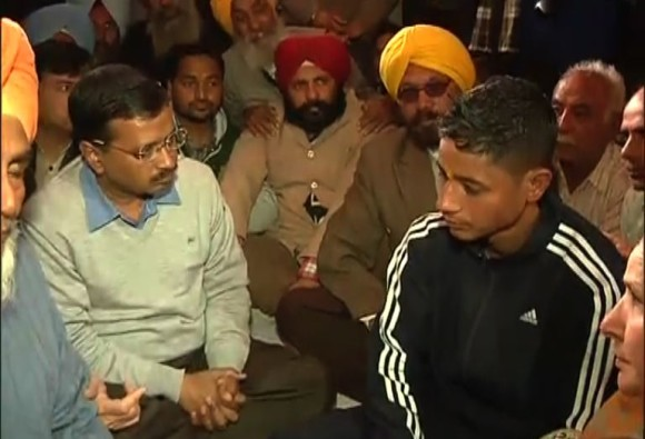 Arvind Kejriwal meets families of those killed in Pathankot attack