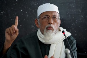 "epa00795392 Leader of the Indonesian Mujahedeen Council, Abu Bakar Bashir, makes a point as he delivers a speech at a mosque in Jakarta on Wednesday 16 August 2006. Bashir ordered his supporters to start a boycott of US, Israeli and Australian products 16 August in the wake of the crisis situation in the Middle East. Abu Bakar Bashir, 68, free after serving two years in prison for his role in the bombing of two nightclubs in Bali in 2002 that killed 202 people, told the Sunday Times in London that Islamist bombings ""are reactions by Muslims to defend themselves.'' EPA/WEDA"