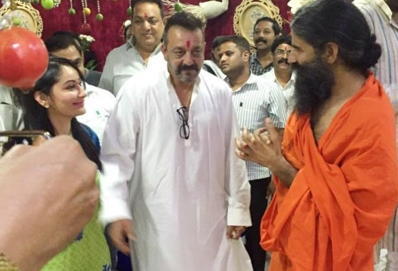 Ramdev meets Sanjay Dutt in Pune jail