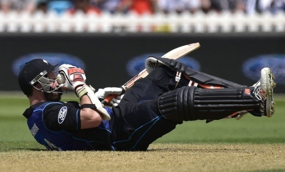 Mitchell McClenaghan struck by a bouncer from Anwar Ali