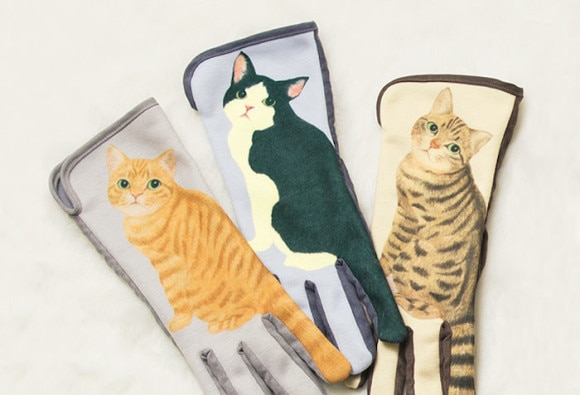 Cat Gloves For Smartphones That Wag Their Tails When You Swipe