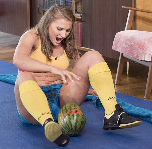 woman who crushes watermelons with her thighs !