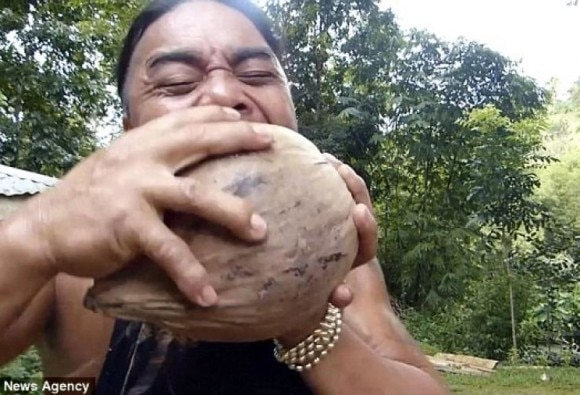 this man cuts coconut within 16 seconds