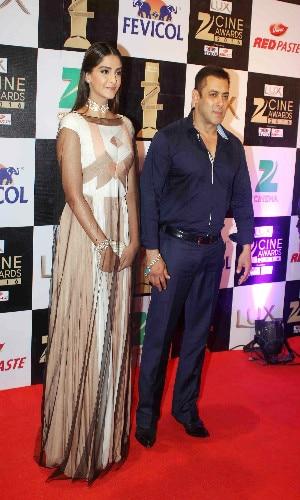 IN PICS: ranveer kisses parineeti in zee cine awards