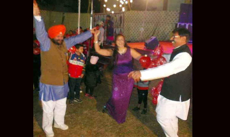 BJP leaders break loose with girl dancers on stage, shower currency notes