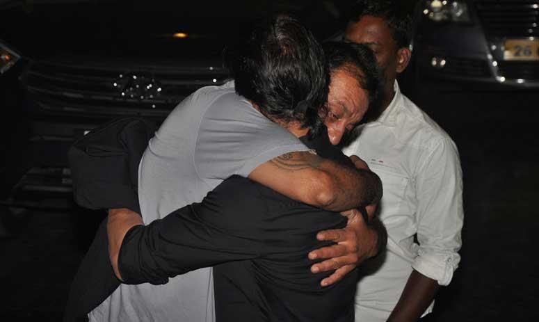 Sanjay Dutt Broke Down While Hugging Shah Rukh Khan!