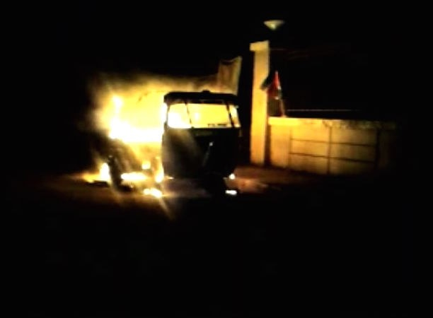 mumbai: first auto burnt after the hate speech of raj thackeray