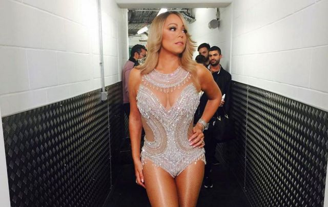 Mariah Carey performs with gaping hole in her tights
